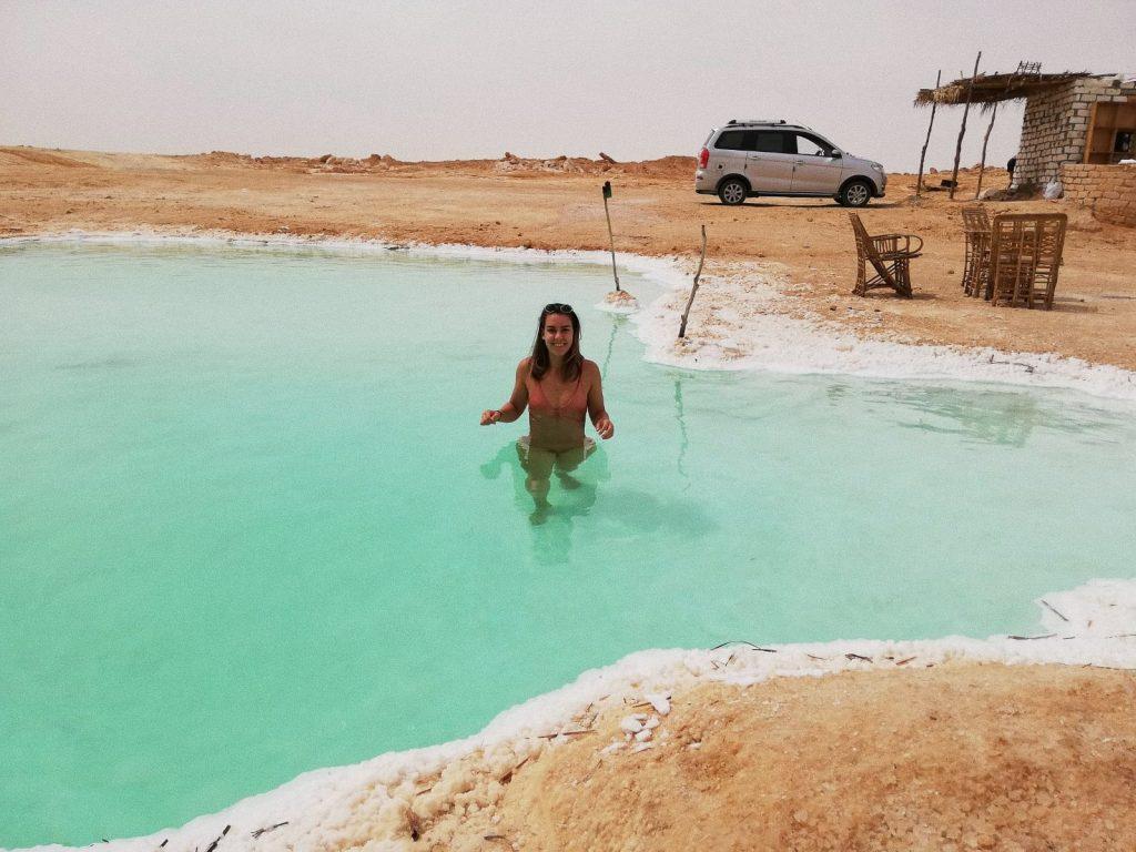 chica bañándose en un salar en Siwa