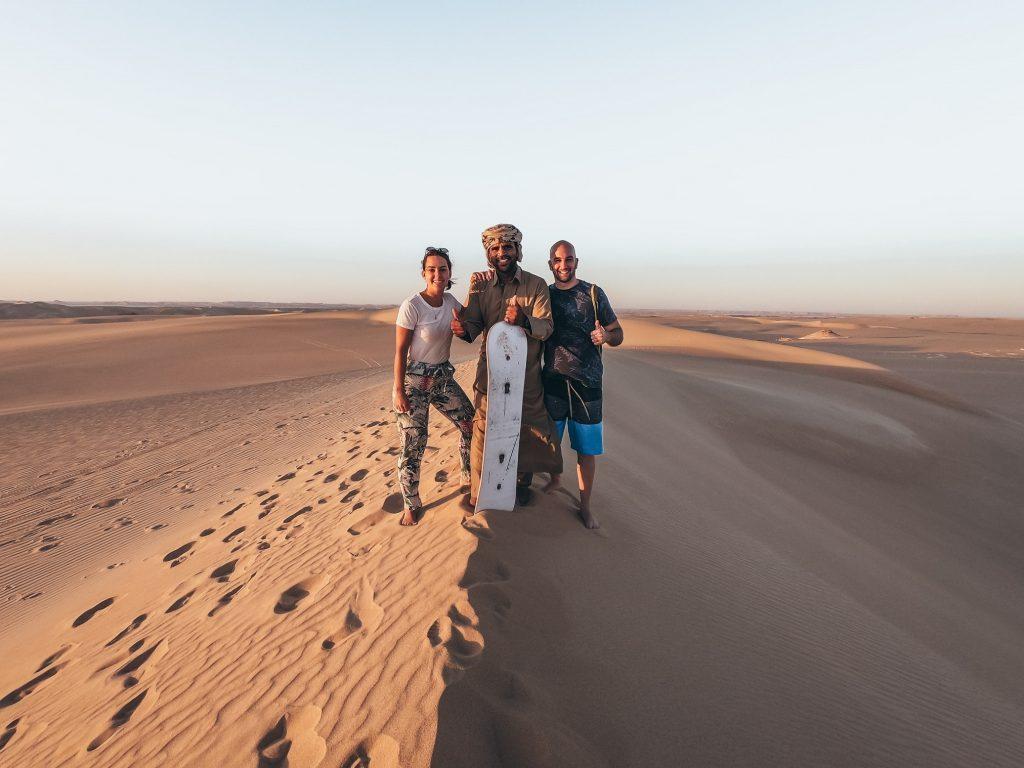 pareja abrazada al guia en el desierto