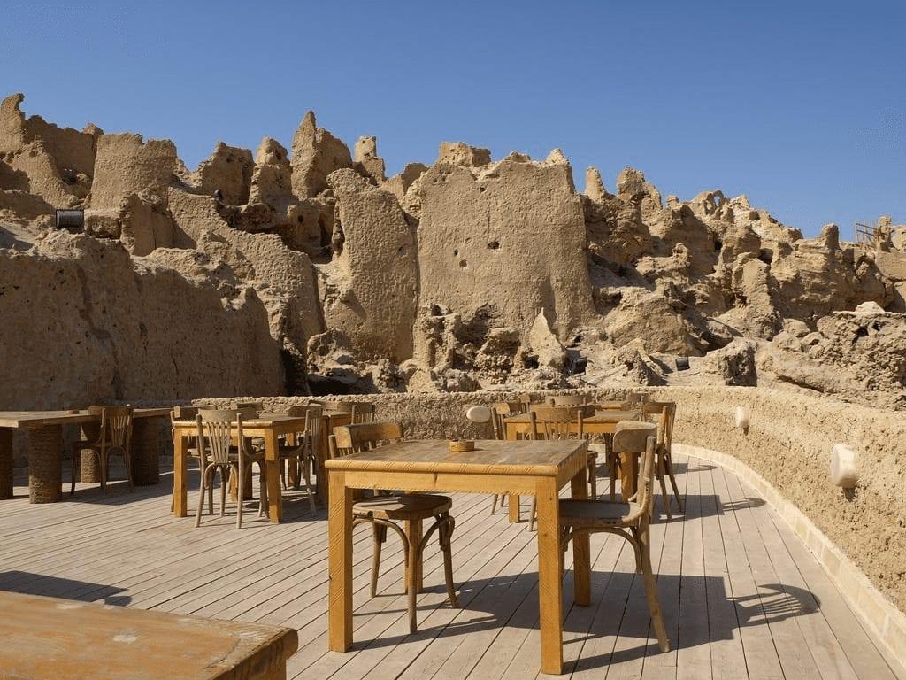 terraza de un hotel al lado de la fortaleza en Siwa