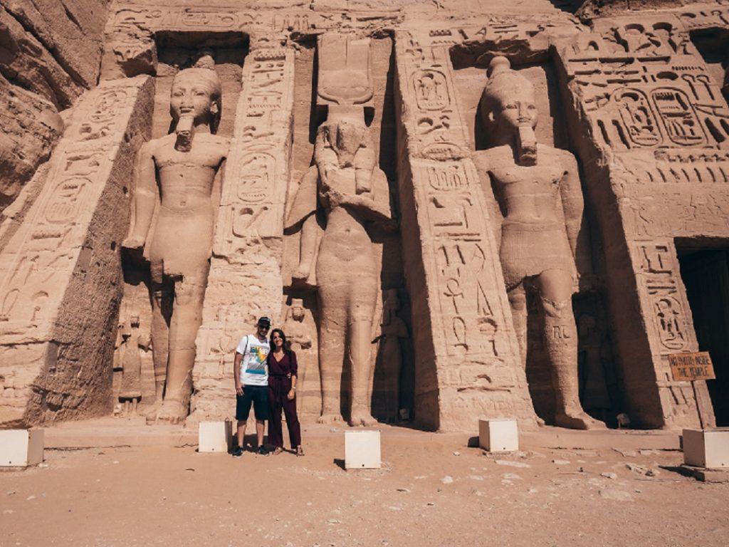 pareja posando ante uno de los templos de Egipto