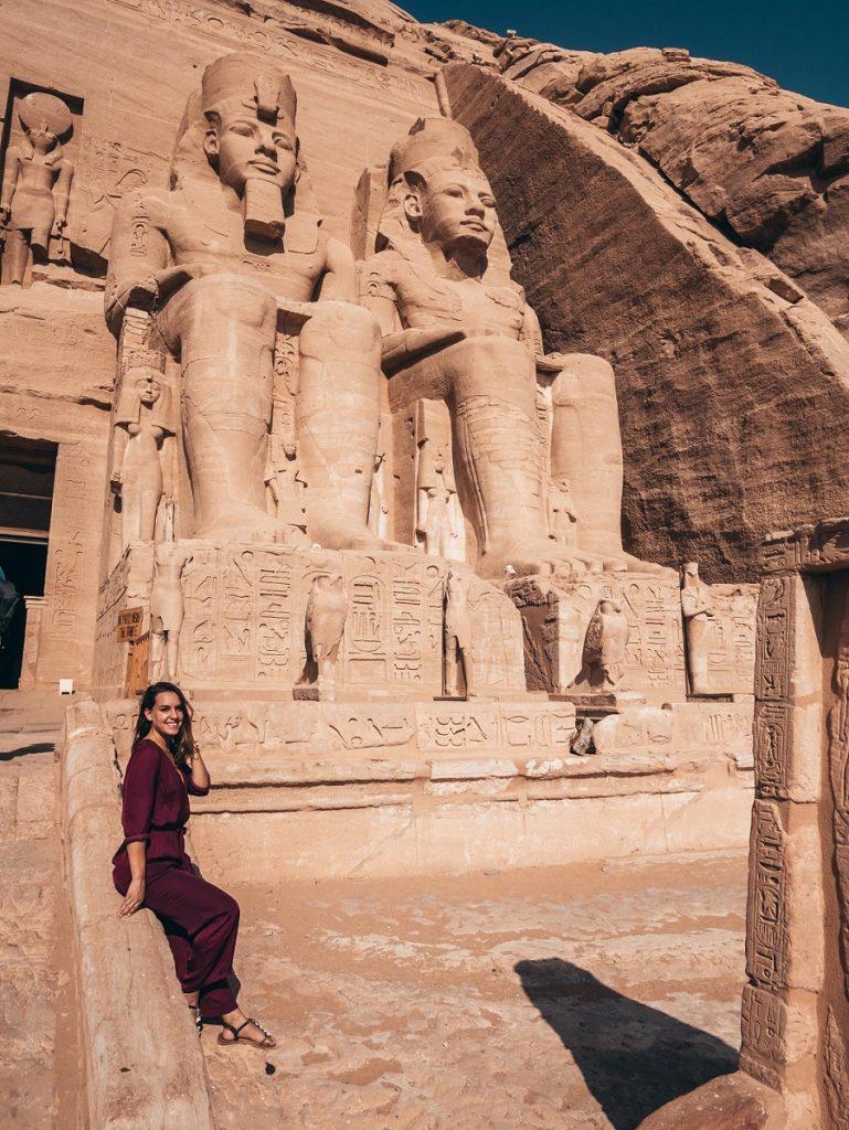 chica posando en el templo de Abu Simbel