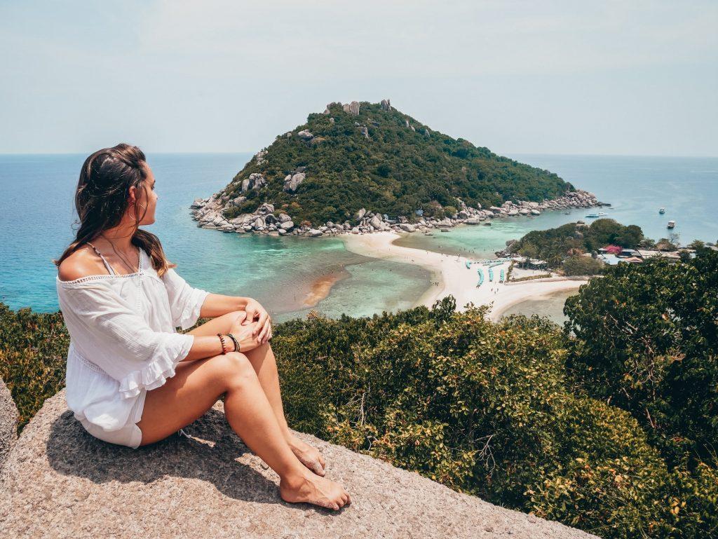 chica posando en el mirador de las islas mirador de John-Suwan