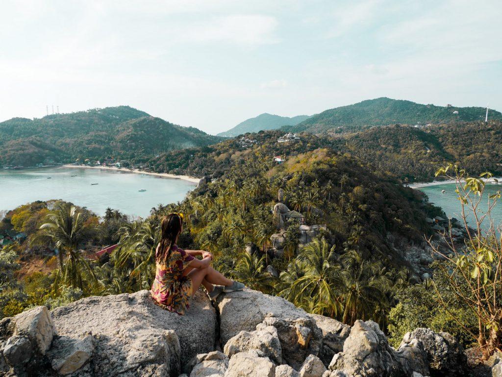 chica posando en el mirador de John-Suwan de Koh Tao