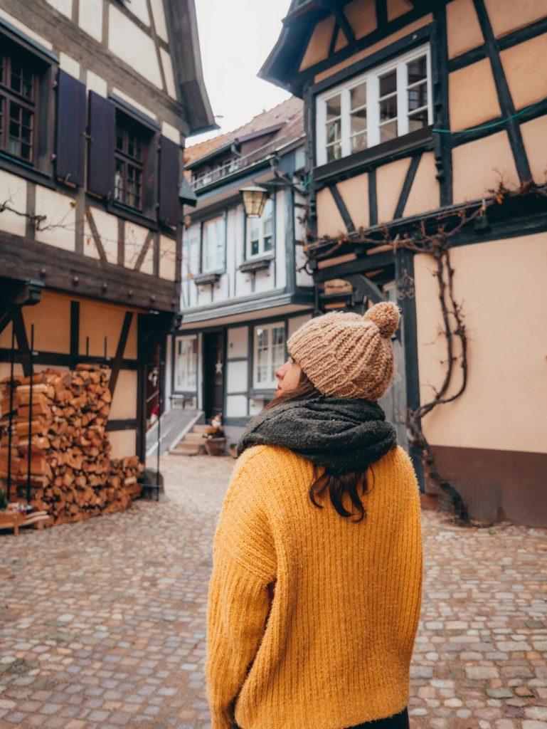 chica posando en las callejuelas de Gegenbach