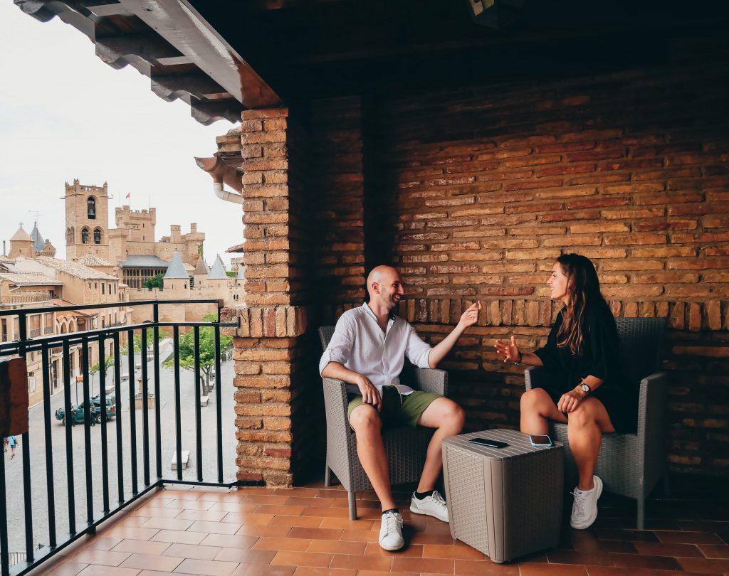 pareja posando en la terraza del Hotel Ducay en Olite