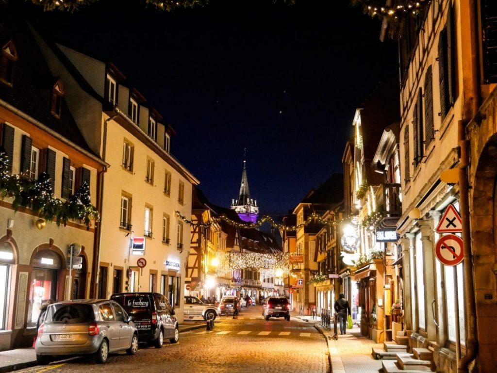 calle iluminada de Obernai