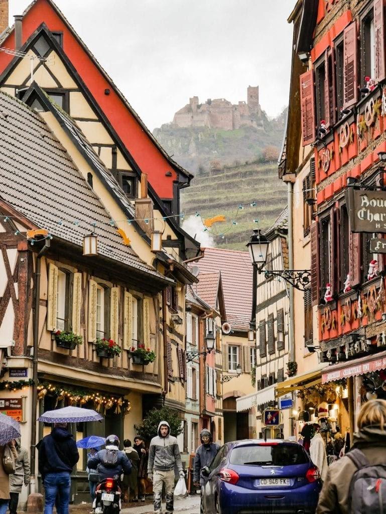 calle principal y castillo de Ribeauvillé