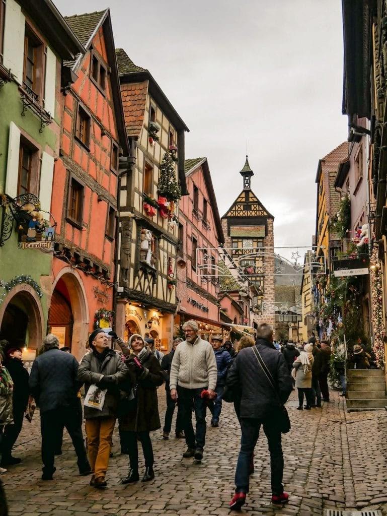 calle principal de Riquewihr repleta de gente