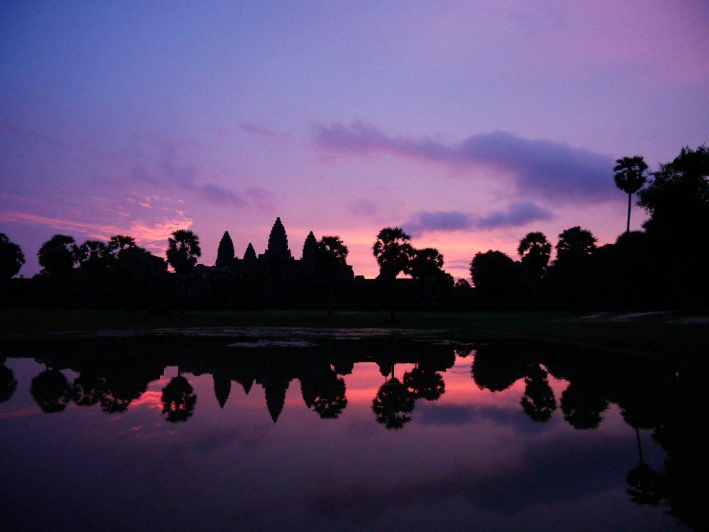 amanecer con el cielo rosa dentro del templo de Angkor Wat en Siem Reap