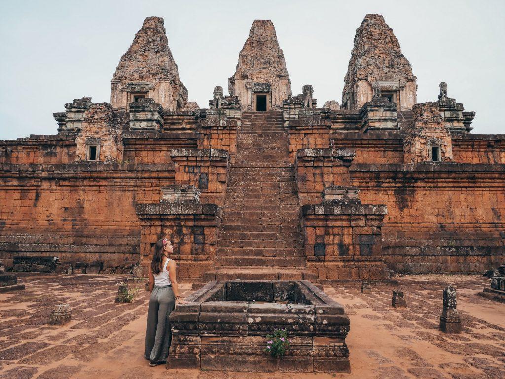 chica posando en el templo Prasat Leak Neang