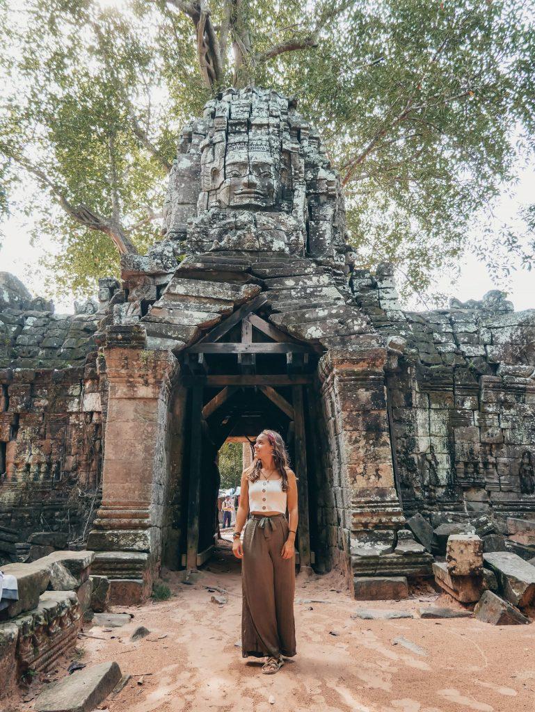 chica posando en alguno de los templos de Angkor Wat