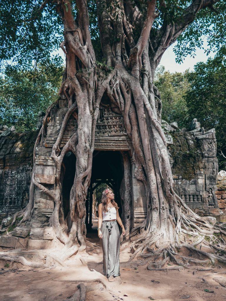 chica posando en algunos de los templos de Angkor Wat