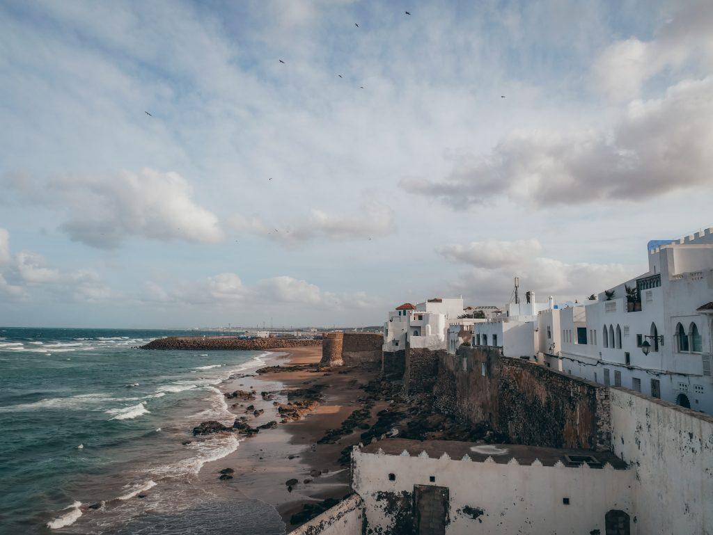 puero y casas blancas de arcila, ruta por Marruecos