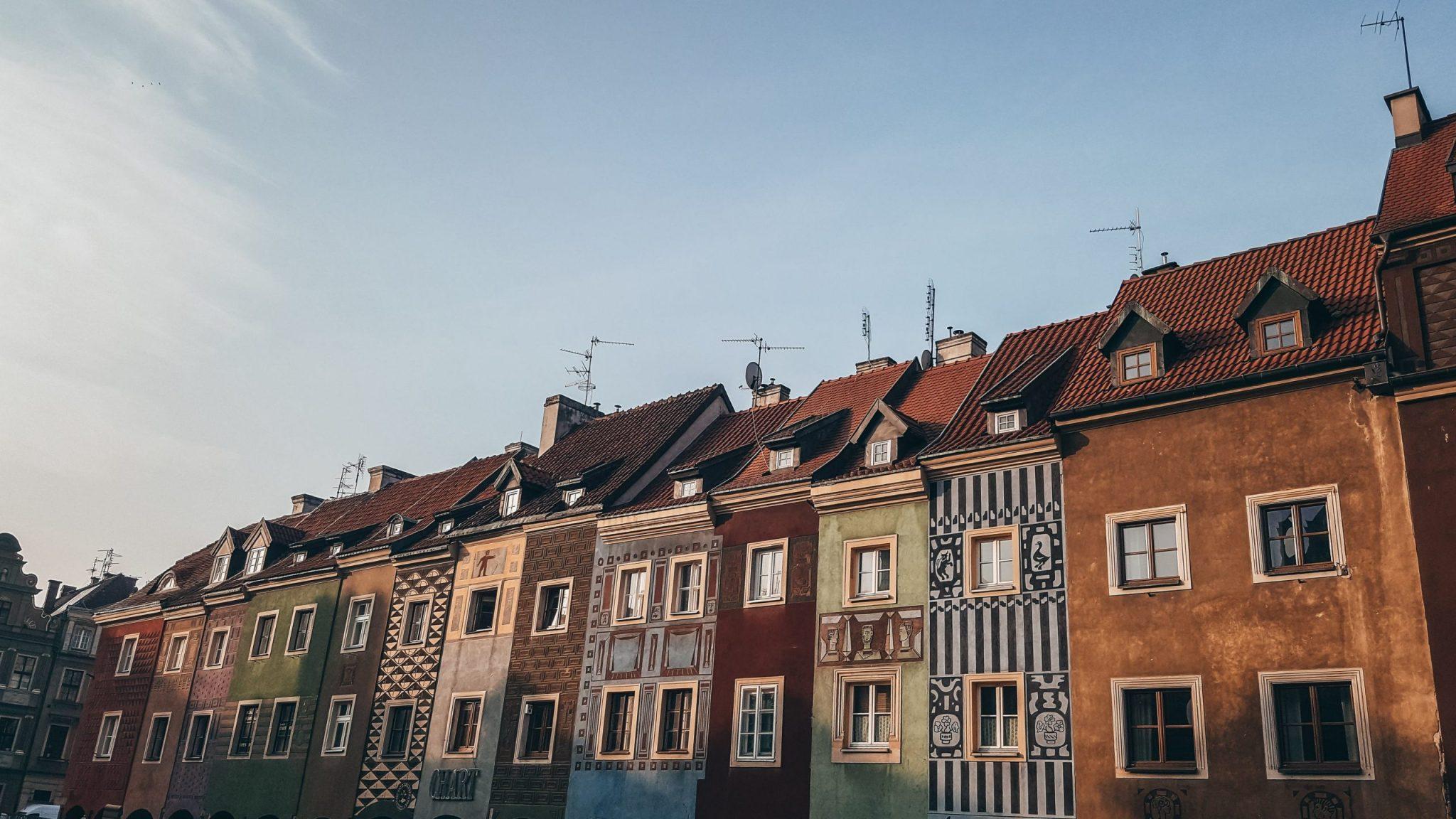 conjunto de casitas de colores de la plaza del mercado de Poznan en Polonia