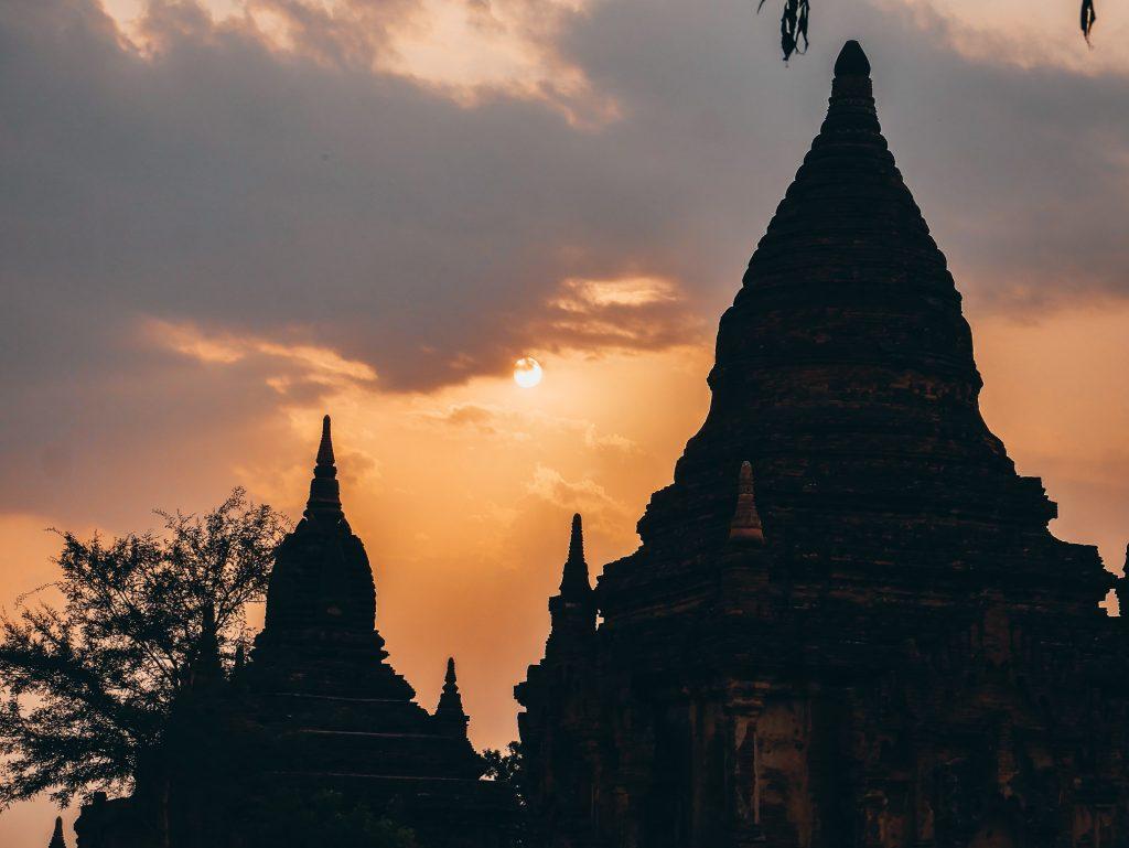 vista de las pagodas al atardecer en Bagan