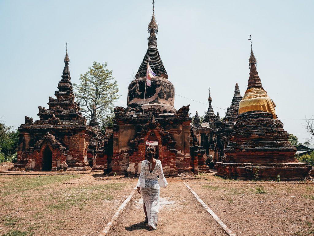 chica posando en una de las pagodas de la ciudad de Ava