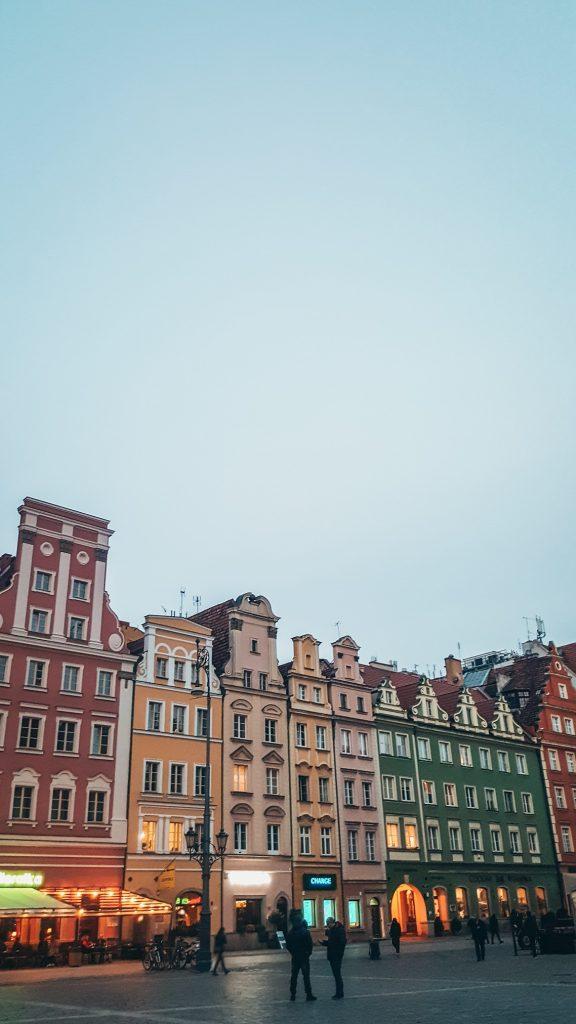 casitas de la plaza del mercado de Breslavia al atardecer