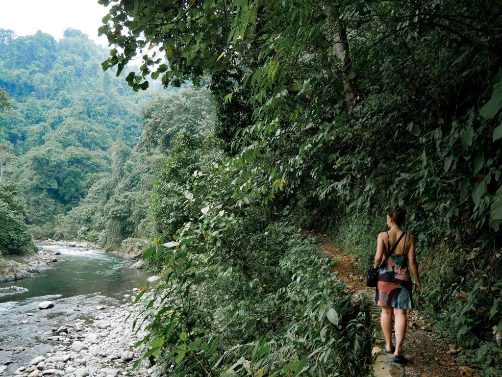 chica paseando por la senda del río de Bukit Lawang