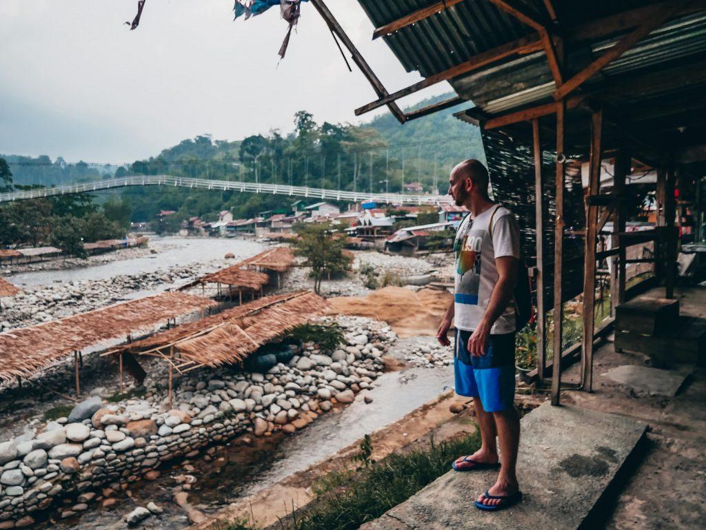 chico mirando el río de Bukit Lawang
