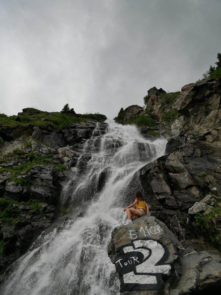 chica posando en la Cascada de Capdra en Rumanía