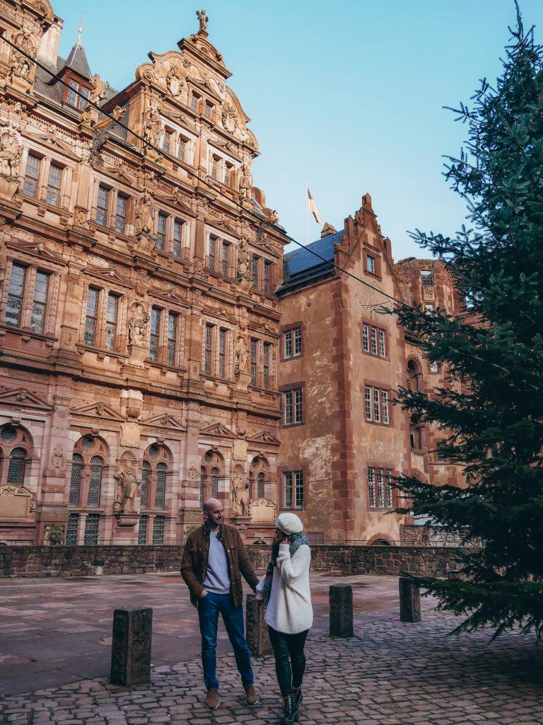 pareja posando dentro del castillo de Heidelberg