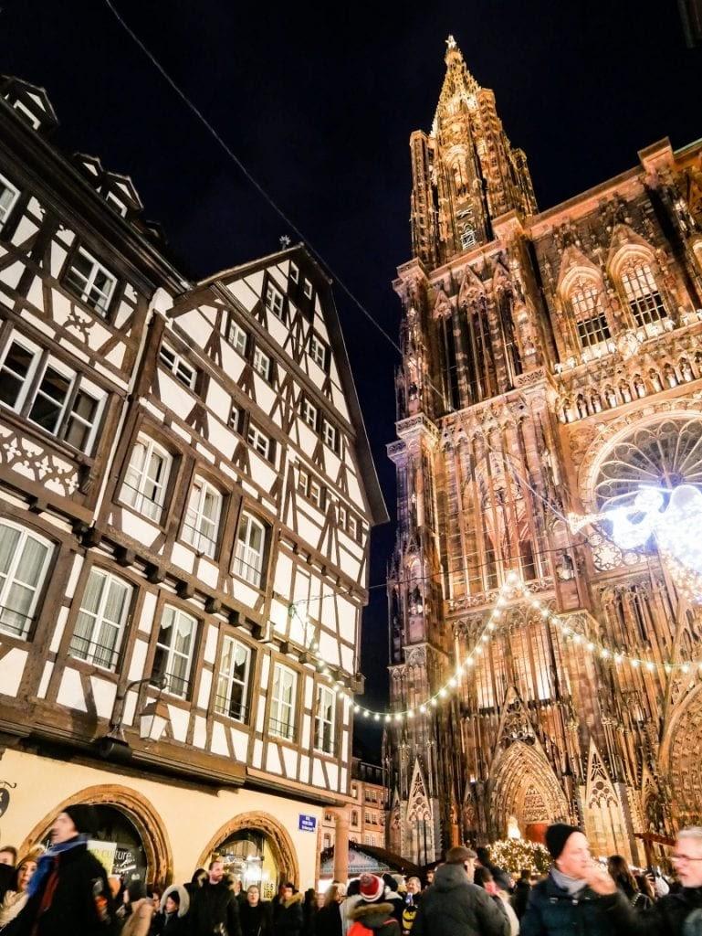 edificaciones y catedral de Estrasburgo iluminada por la noche