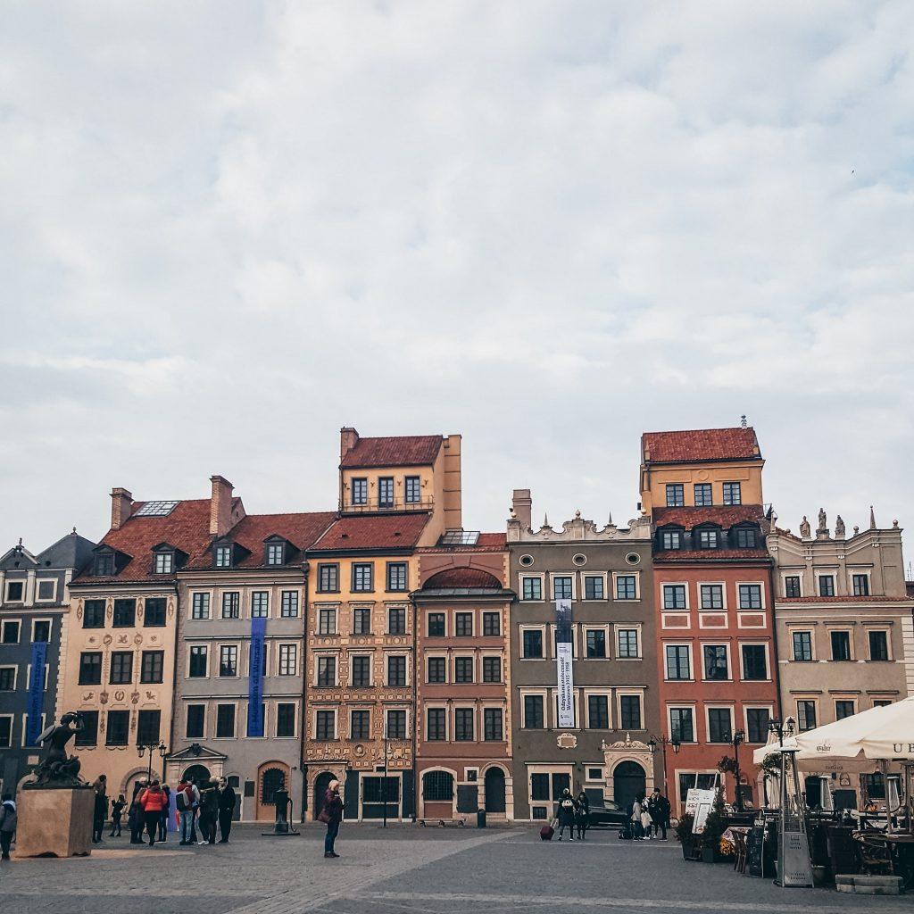 casitas de colores de la plaza del mercado de Varsovia en Polonia