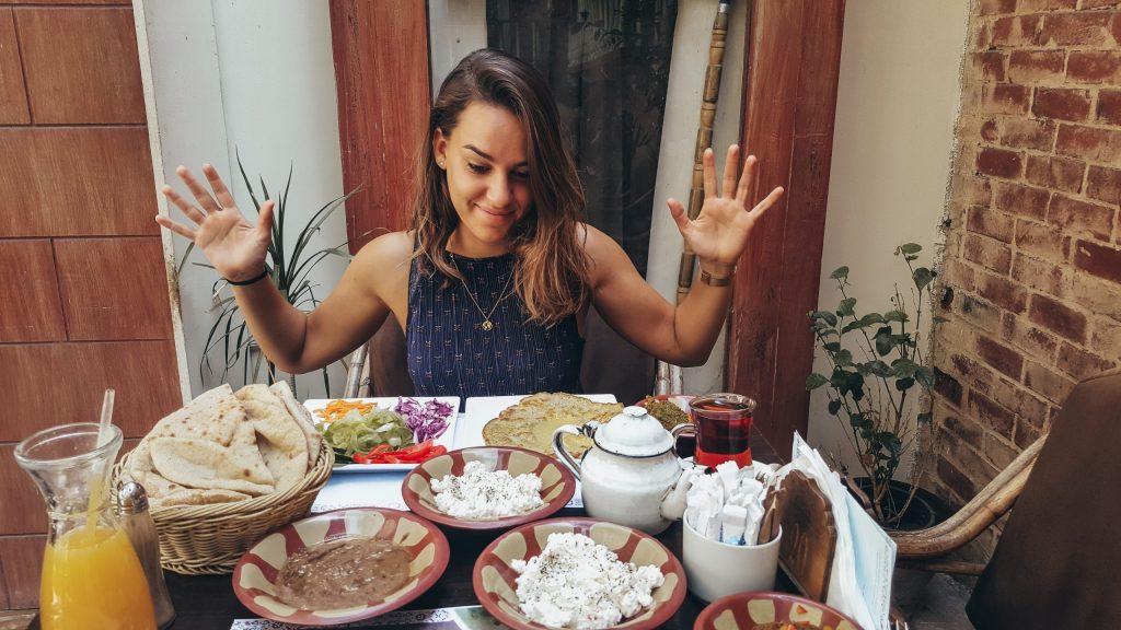 chica desayunando comida típica egipcia