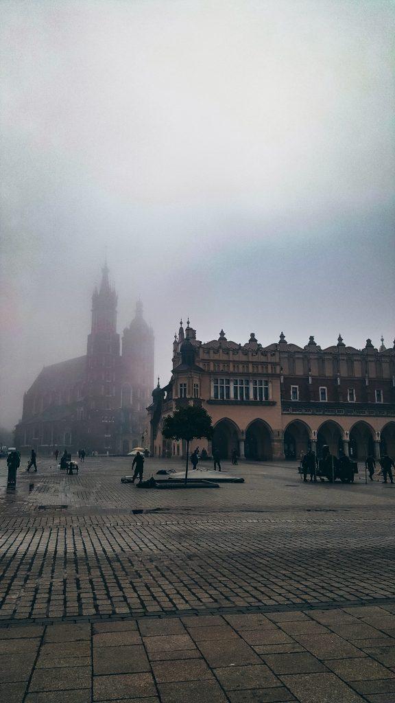 lonja de los baños y Basílica de Santa Maria tampada por la niebla en Cracovia
