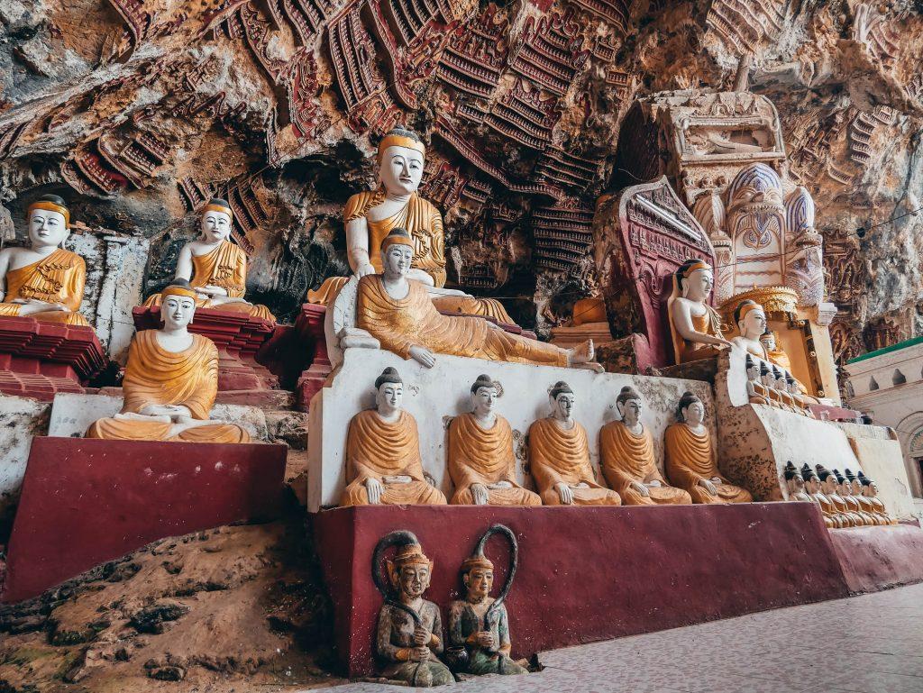 cueva tallada con muchos budas en Hpa-Ann