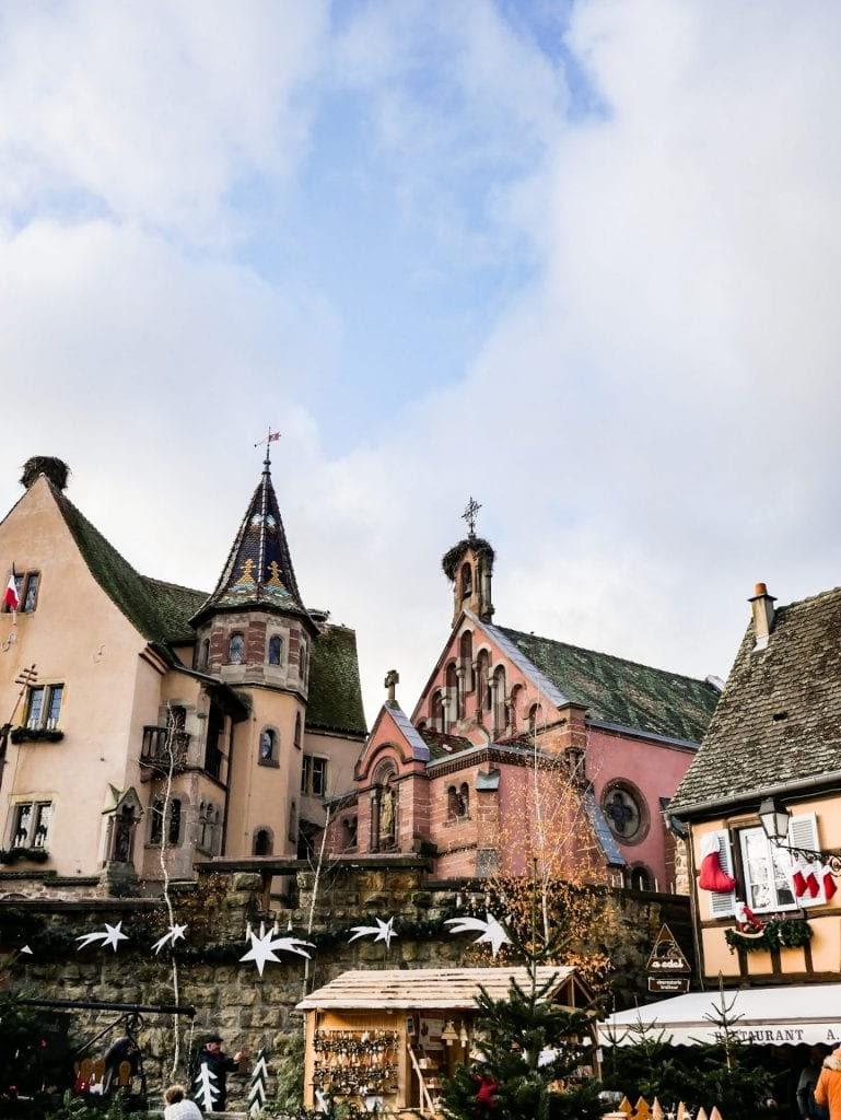 mercado navideño y edificaciones de Eguisheim