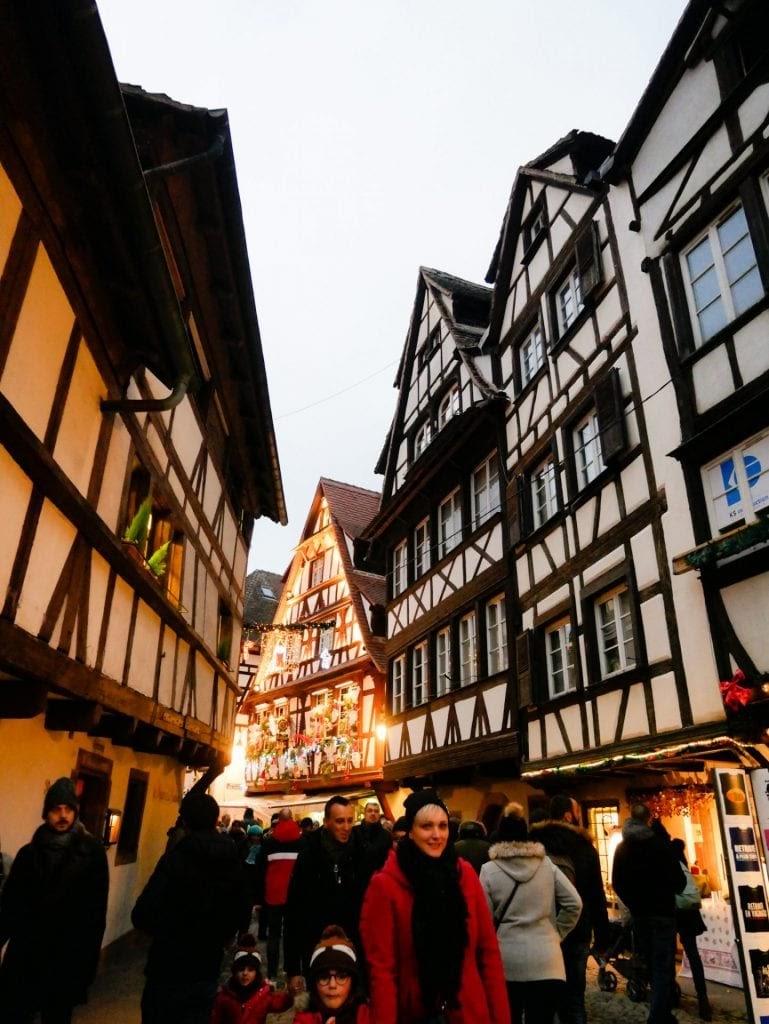 calle iluminada y llena de gente en Estrasburgo