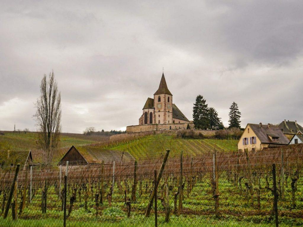 paisaje de viñedos e iglesia de HUNAWIHR
