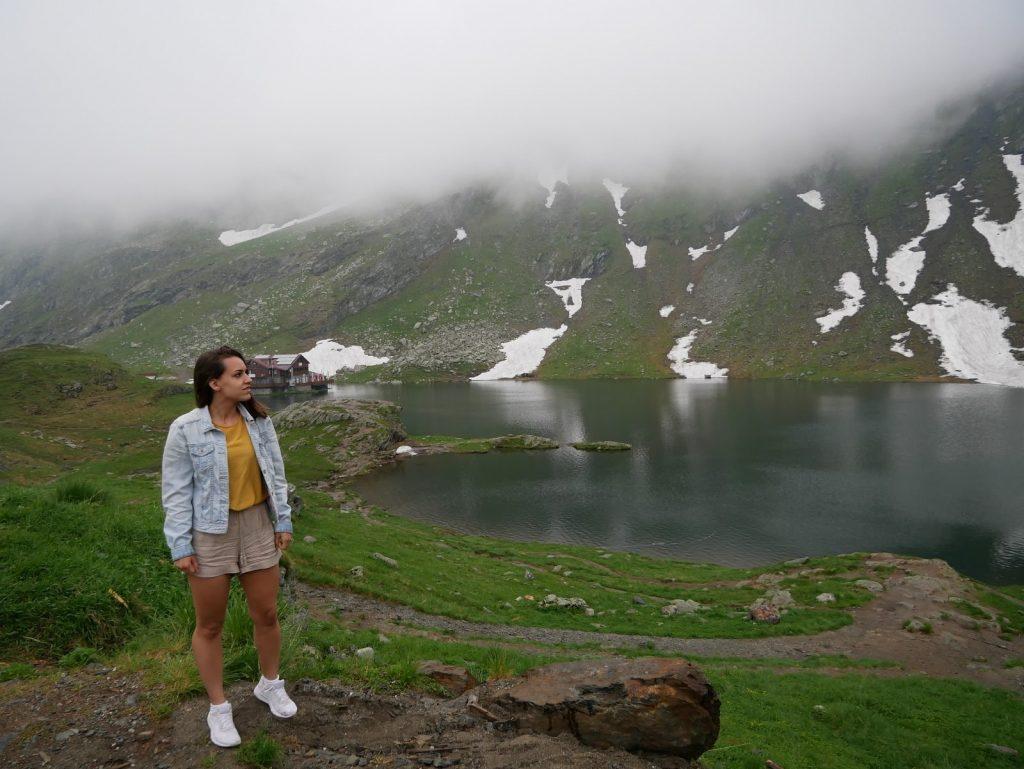 chica posando en el Lago Balea en la carretera de Transfagarasan