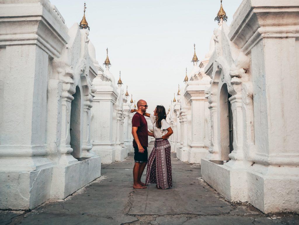 pareja posando en una de las pagodas blancas de Mandalay