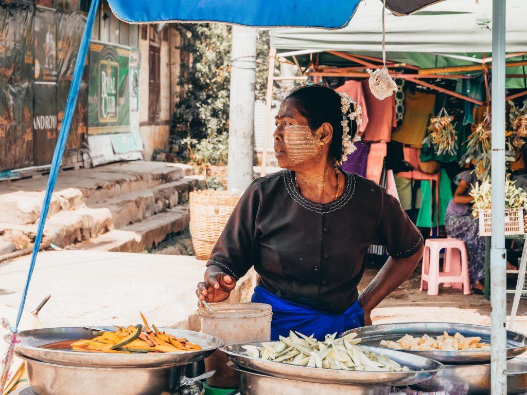 vendedora en un mercado local