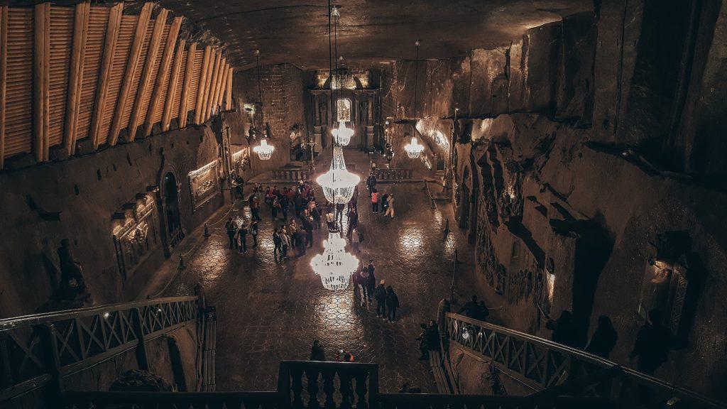una de las salas más grandes de las minas de sal de Polonia