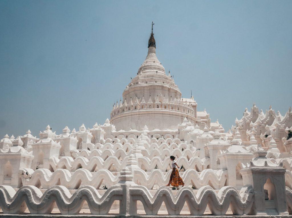 chica posando en la pagoda blanca de Mya Thein Tan