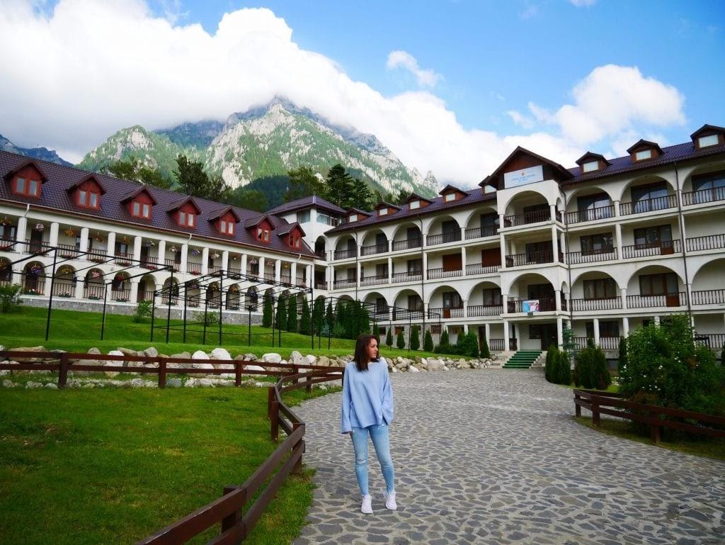 chica posando delante del monasterio de Caraiman