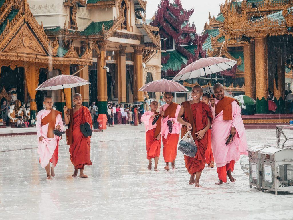 monjas paseando bajo la lluvia en la Shwedagon Pagoda