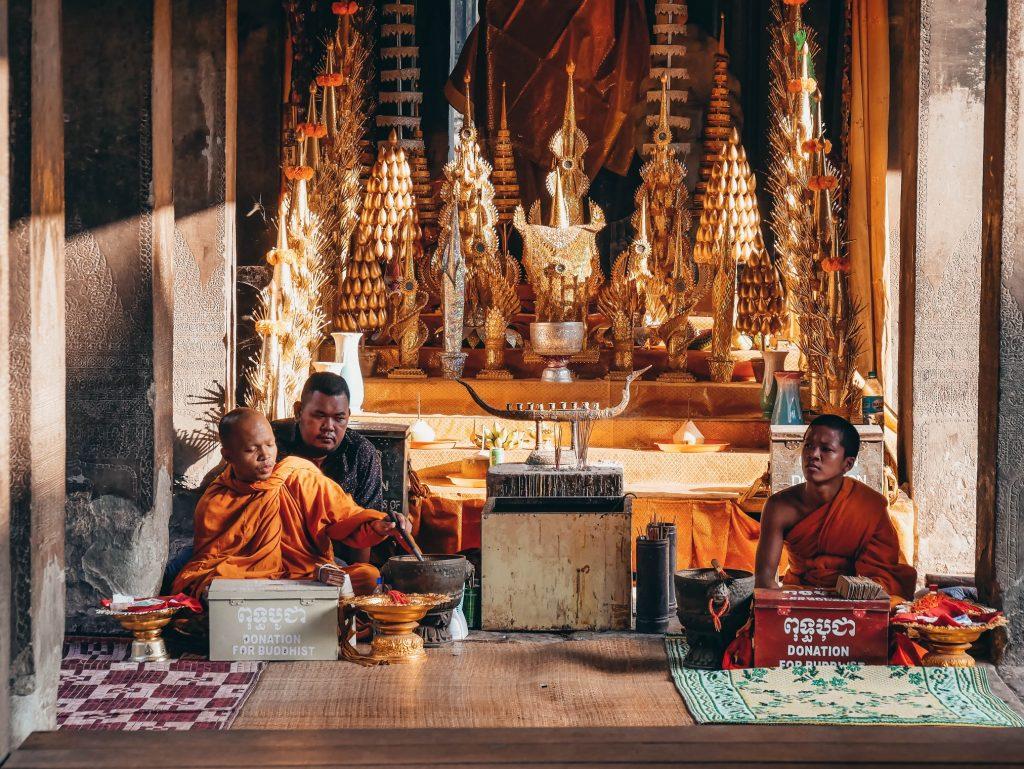 budistas dentro del templo de Ankor Wat en Siem Reap