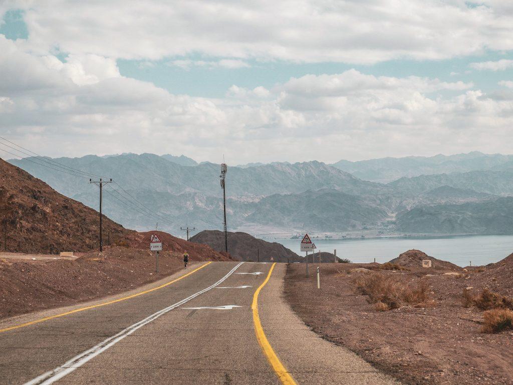 carretera dirección a Eilat en la cual se ve el mar