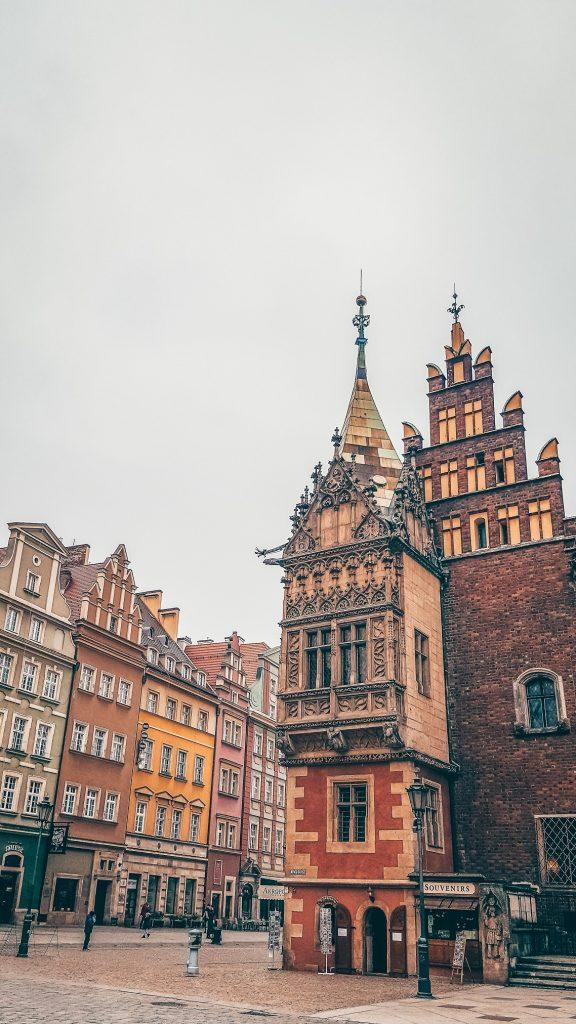 ayuntamiento y casitas de la plaza del mercado en Breslavia