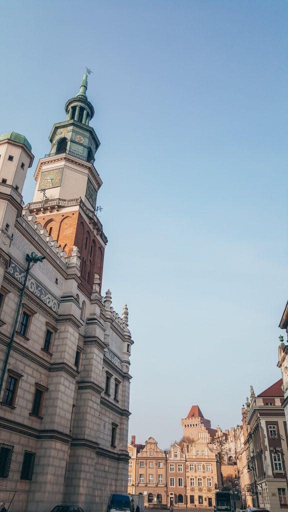 parte del ayuntamiento y de las casas del mercado de poznan