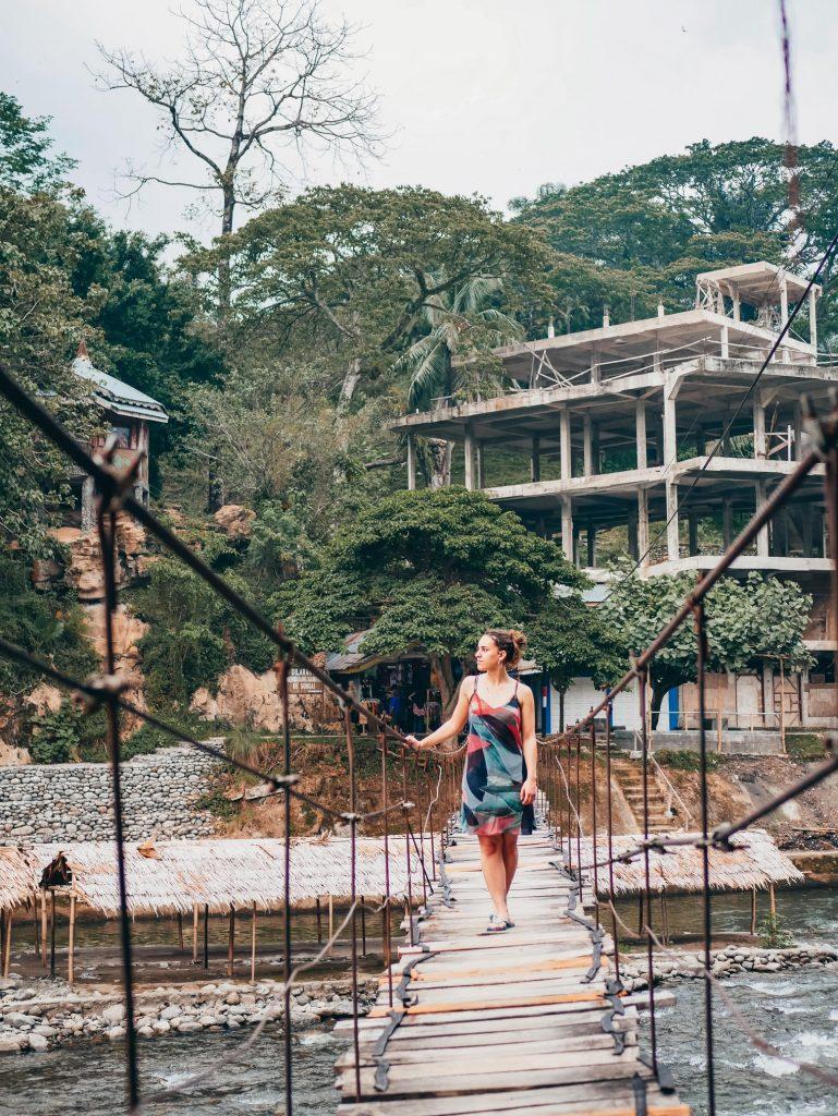 chica en uno de los puentes de Bukit Lawang