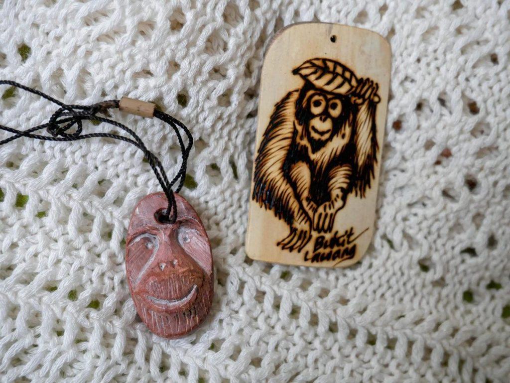 souvenirs hechos por el guía del trekking de Bukit Lawang