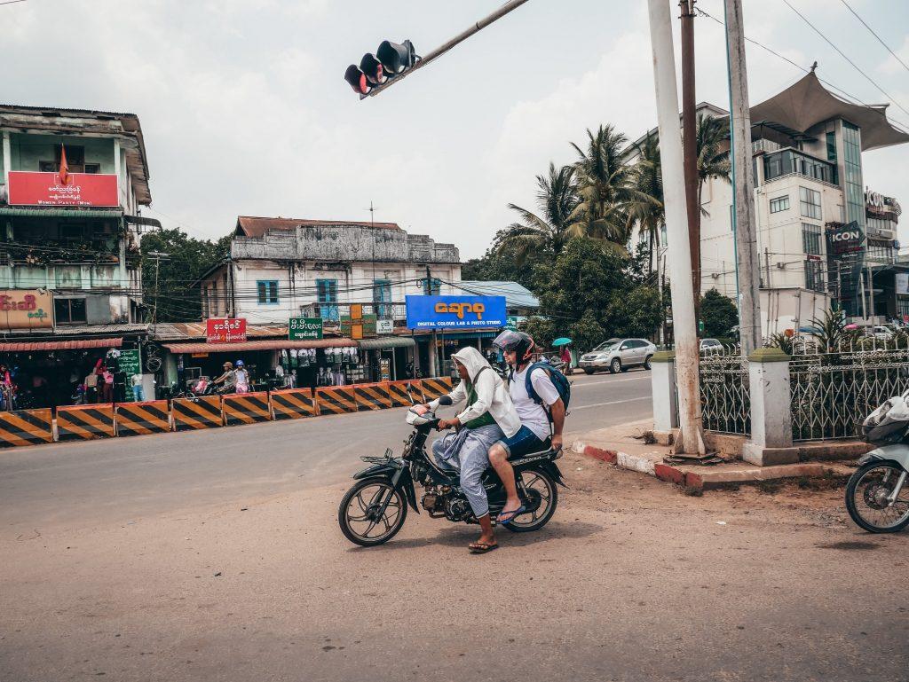 turista subido en una moto de un local