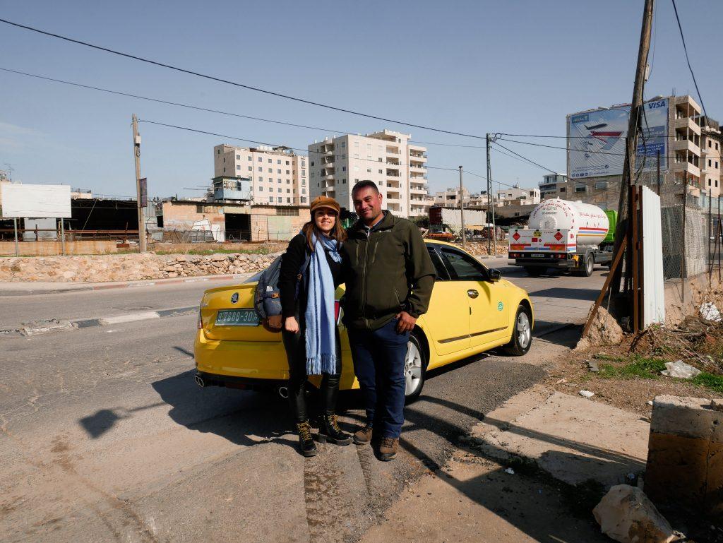 chica abrazada al taxista que le hizo la ruta por Palestina