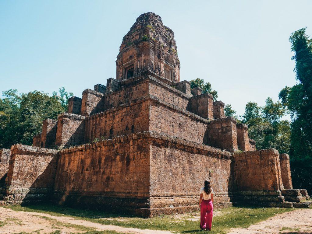 chica posando en el templo Baksei Chamkrong
