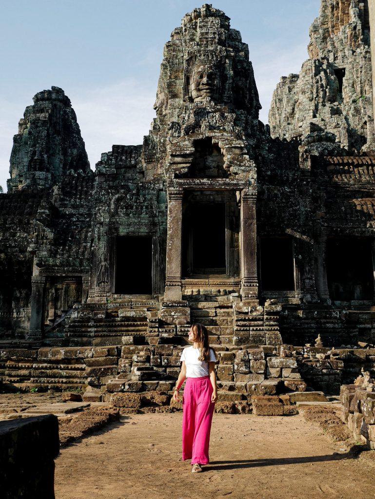 chica posando en el templo de Bayon